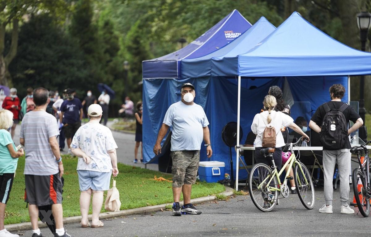 Người dân xếp hàng chờ xét nghiệm COVID-19 tại công viên Sunset ở Brooklyn, New York, Mỹ, ngày 13/8/2020. (Nguồn: THX/TTXVN)