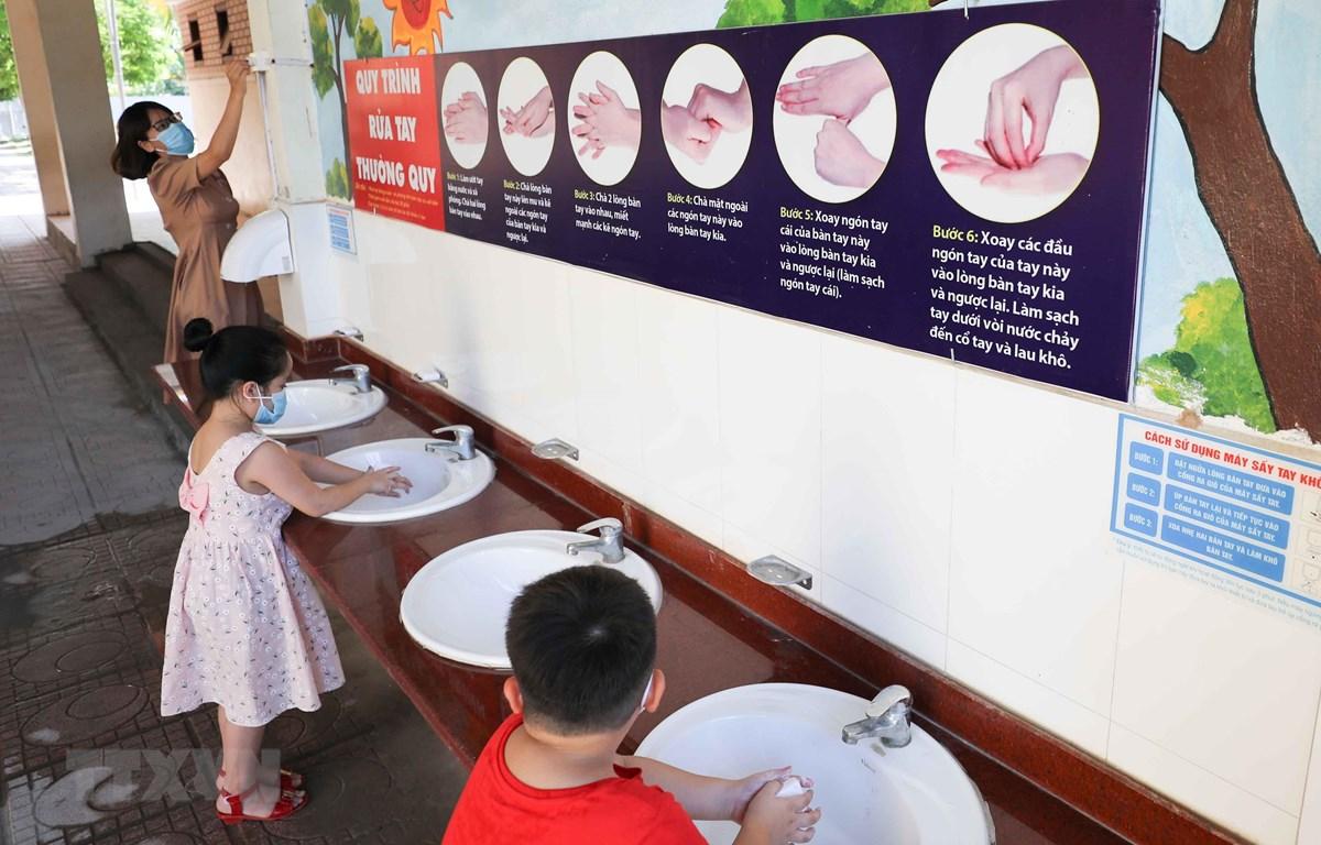 Khu vực rửa tay của học sinh tại một trường tiểu học. (Ảnh: Thanh Tùng/TTXVN)