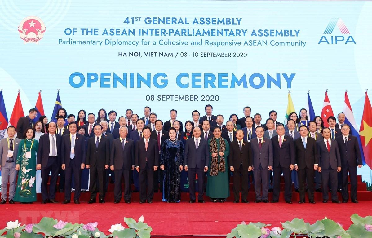 Chủ tịch Quốc hội Nguyễn Thị Kim Ngân, Chủ tịch AIPA- 41, Thủ tướng Nguyễn Xuân Phúc, Chủ tịch ASEAN 2020 và các đại biểu. (Ảnh: Thống Nhất/TTXVN)