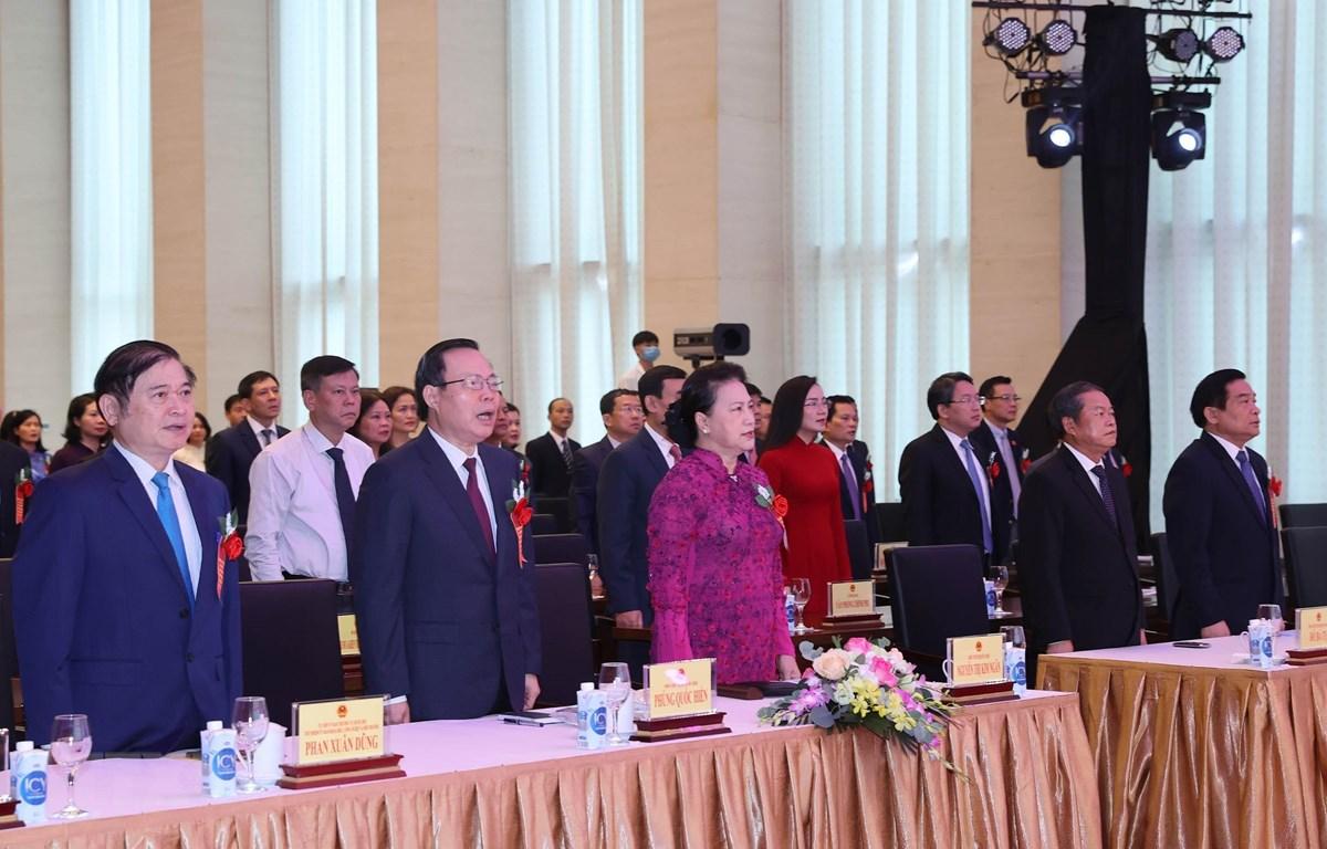 Chủ tịch Quốc hội Nguyễn Thị Kim Ngân, các Phó Chủ tịch Quốc hội Đỗ Bá Tỵ, Phùng Quốc Hiển cùng các đại biểu thực hiện nghi thức chào cờ. (Ảnh: Trọng Đức/TTXVN)