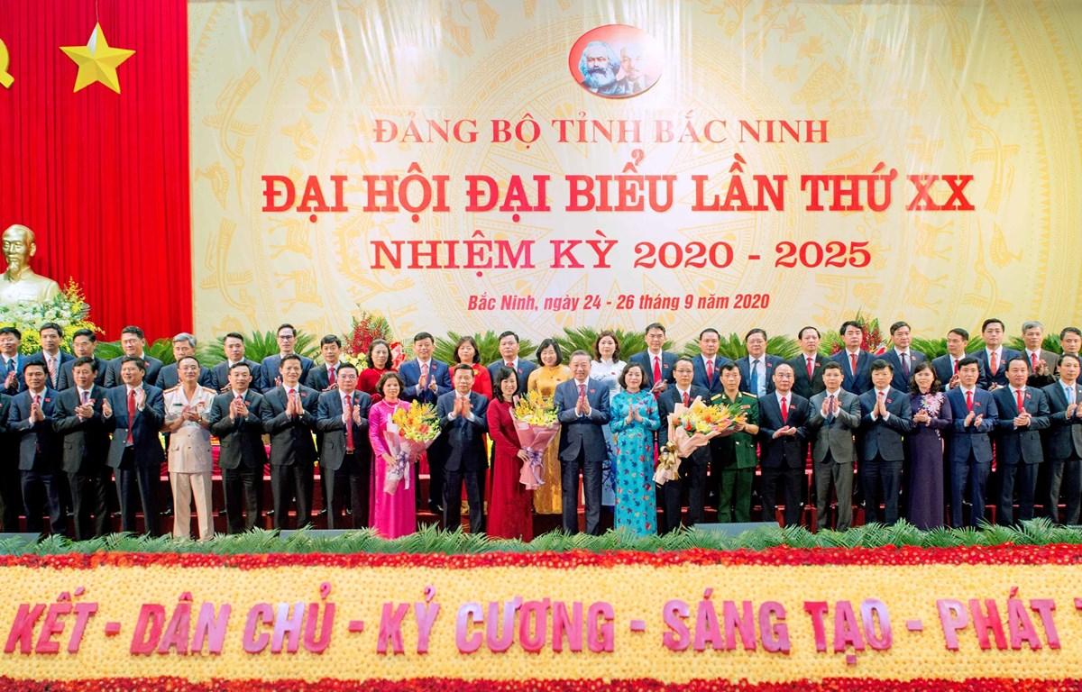 Đại tướng Tô Lâm, Ủy viên Bộ Chính trị, Bộ trưởng Bộ Công an tặng hoa chúc mừng Ban Chấp hành Đảng bộ tỉnh Bắc Ninh khóa XX, nhiệm kỳ 2020-2025. (Ảnh: Thanh Thương/TTXVN)