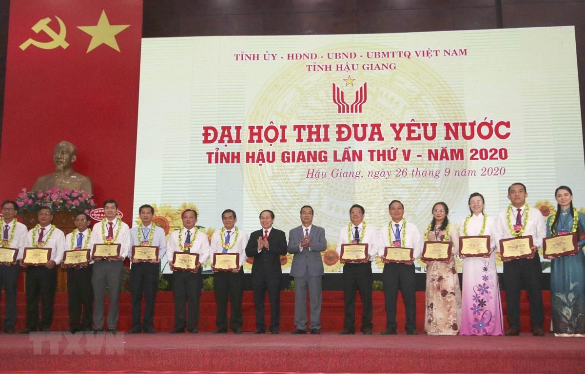 Trao bảng tuyên dương Điển hình tiên tiến trong phong trào thi đua yêu nước tỉnh Hậu Giang giai đoạn 2015-2020. (Ảnh: Duy Khương/TTXVN)