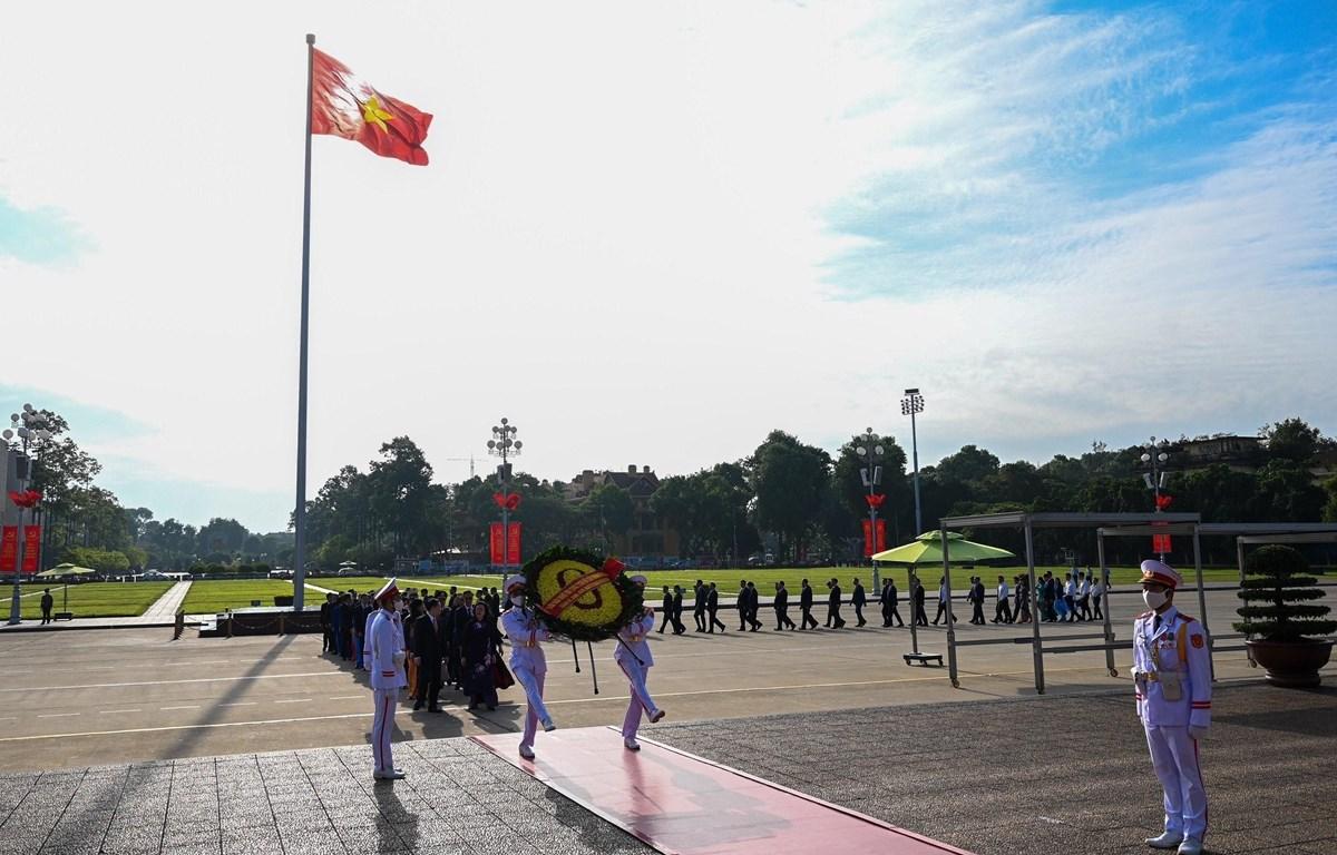 Bí thư Thành ủy Hà Nội Vương Đình Huệ và các vị lãnh đạo Thành phố Hà Nội đặt vòng hoa, vào Lăng viếng Chủ tịch Hồ Chí Minh. (Ảnh: Văn Điệp/TTXVN)