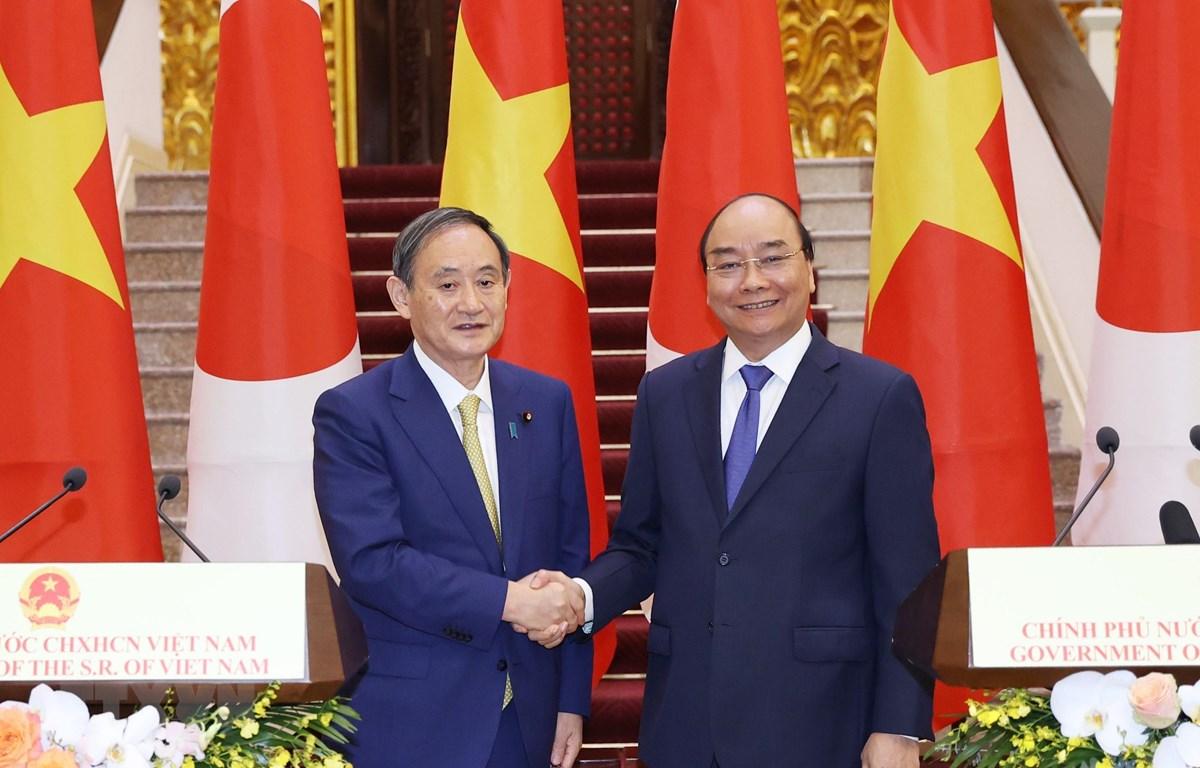 Thủ tướng Nguyễn Xuân Phúc và Thủ tướng Nhật Bản Suga Yoshihide tại buổi gặp gỡ báo chí. (Ảnh: Thống Nhất/TTXVN)