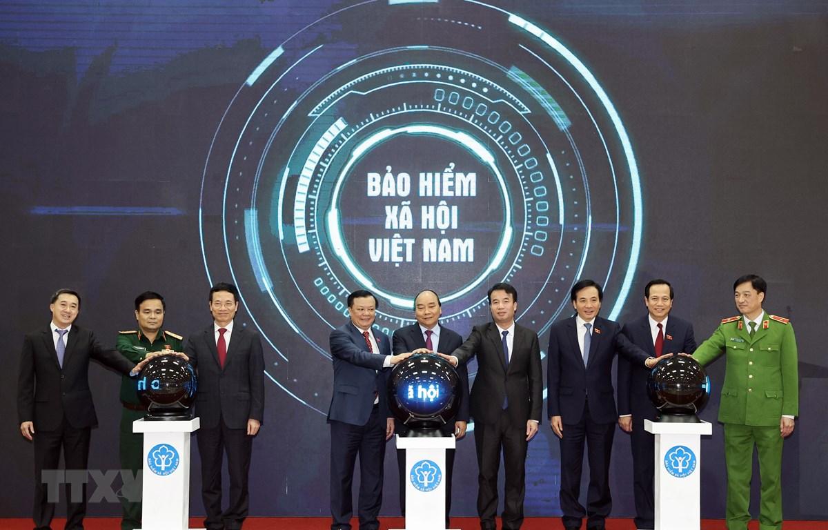 Thủ tướng Nguyễn Xuân Phúc và các đại biểu thực hiện nghi thức công bố ứng dụng. (Ảnh: Thống Nhất/TTXVN)