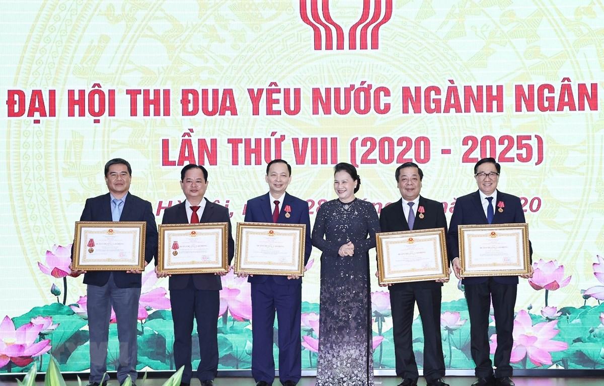 Chủ tịch Quốc hội Nguyễn Thị Kim Ngân trao Huân chương Lao động hạng Nhất cho các cá nhân, tập thể ngành Ngân hàng. (Ảnh: Trọng Đức/TTXVN)