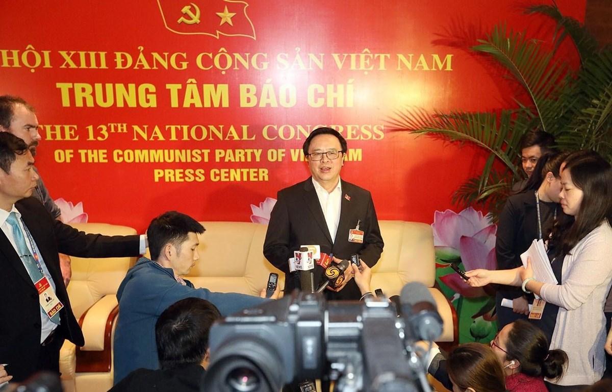 Đồng chí Hoàng Bình Quân, Ủy viên Trung ương Đảng, Trưởng ban Đối ngoại Trung ương, trả lời phỏng vấn các phóng viên tại Trung tâm báo chí (Nguồn: TTXVN)