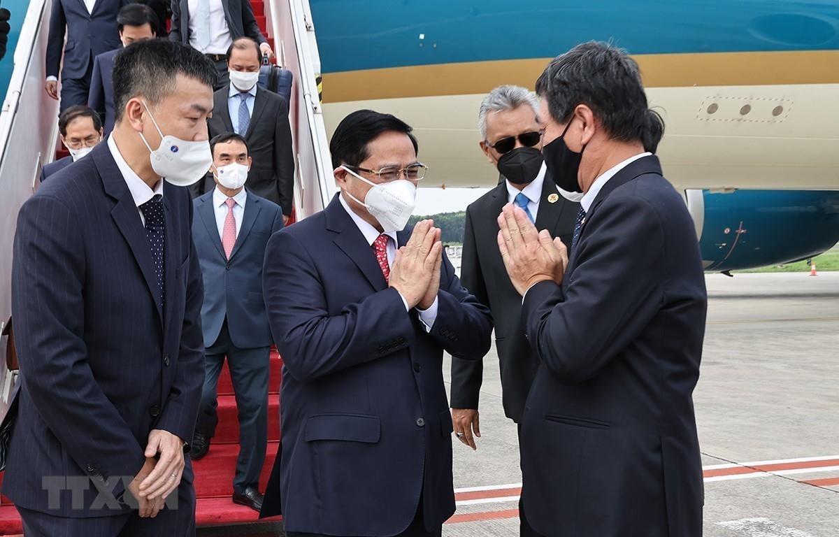 Cán bộ, nhân viên Đại sứ quán Việt Nam tại Indonesia, Phái đoàn thường trực Việt Nam tại ASEAN đón Thủ tướng Phạm Minh Chính tại Sân bay Quốc tế Soekarno-Hatta. (Ảnh: Dương Giang/TTXVN)