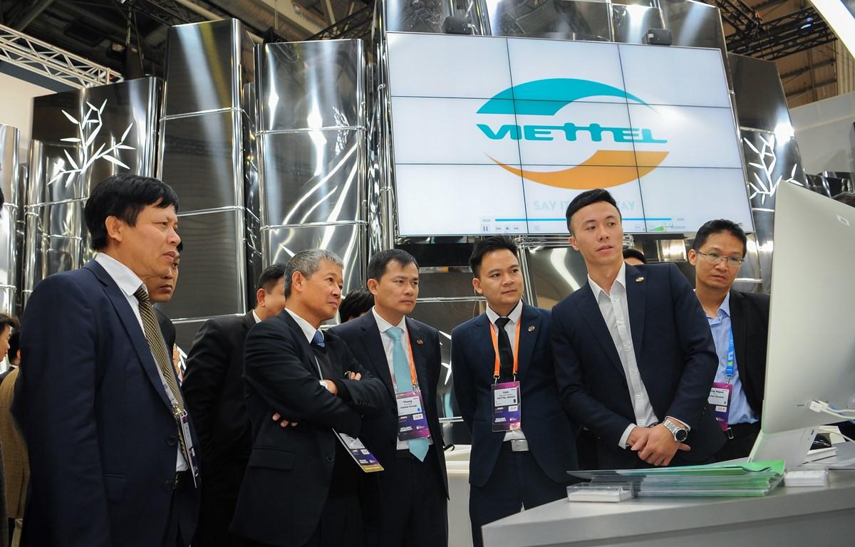 Lãnh đạo Bộ Thông tin và Truyền thông thăm gian hàng của Viettel tại MWC 2019. (Ảnh: VT)