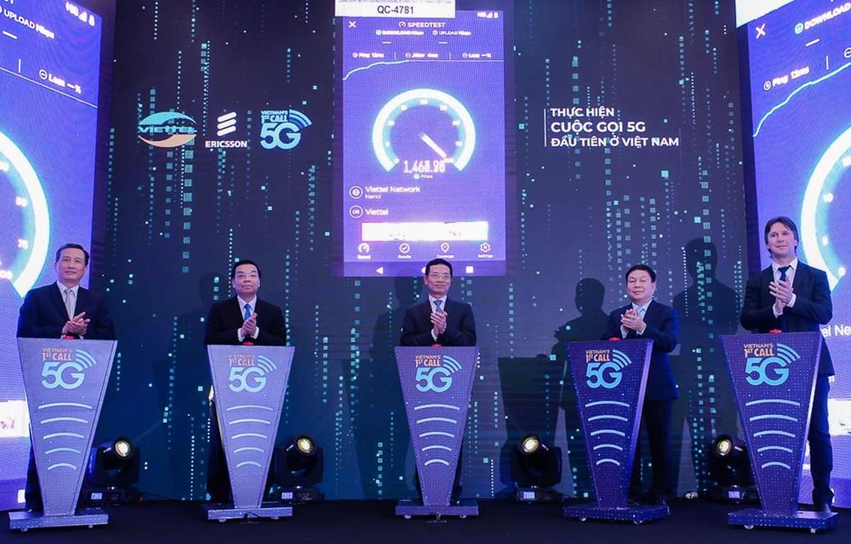 Ấn nút thử nghiệm 5G đầu tiên ở Việt Nam. (Ảnh: CTV/Vietnam+)