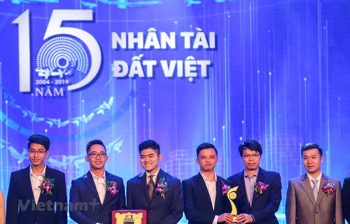 """Nhóm tác giả đạt giải Nhất với sản phẩm Phần mềm tự động chuyển đổi tiếng nói tiếng Việt sang văn bản, gọi tắt là """"Origin-STT"""". (Ảnh: Minh Sơn/Vietnam+)"""