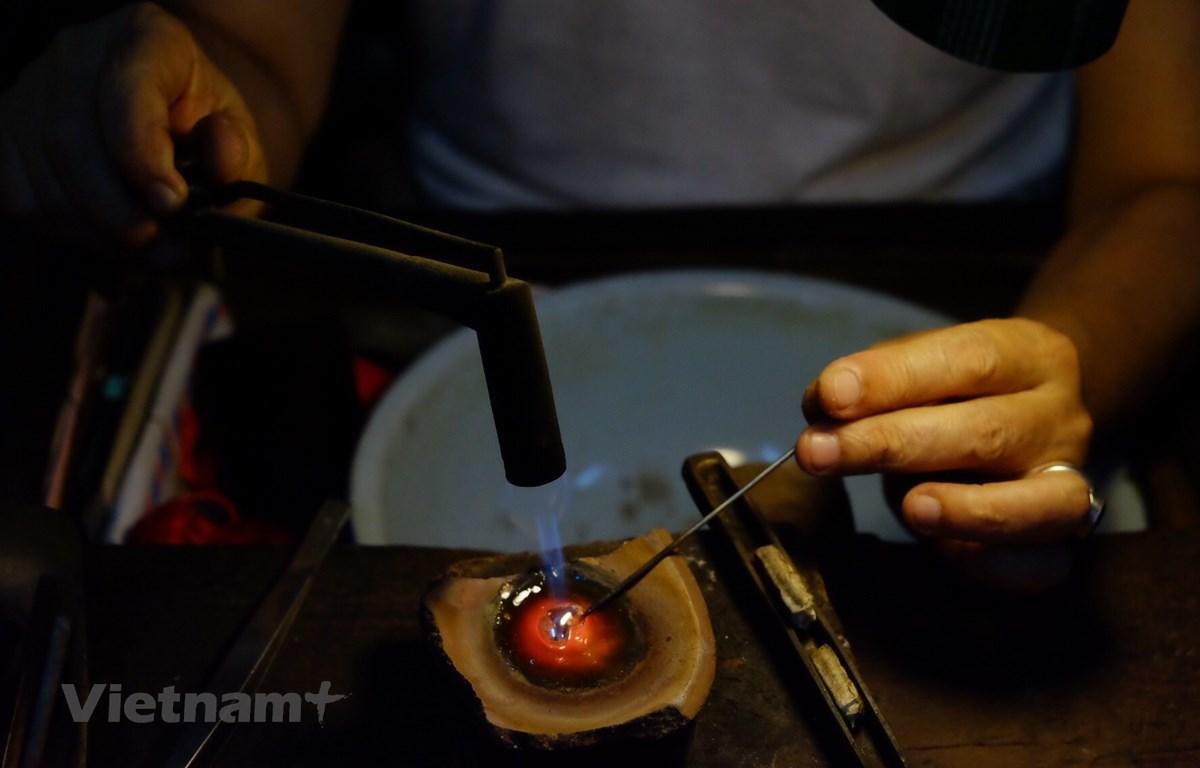 Nghệ nhân Nguyễn Chí Thành với nghề chạm bạc. (Ảnh: Như Dung/Vietnam+)