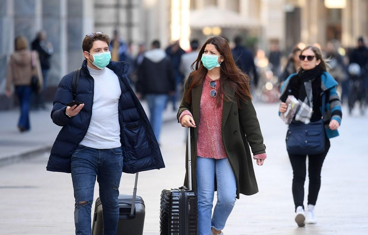 Người dân đeo khẩu trang phòng dịch viêm đường hô hấp cấp COVID-19 tại Milan, Italy ngày 24/2/2020. (Nguồn: THX/TTXVN)