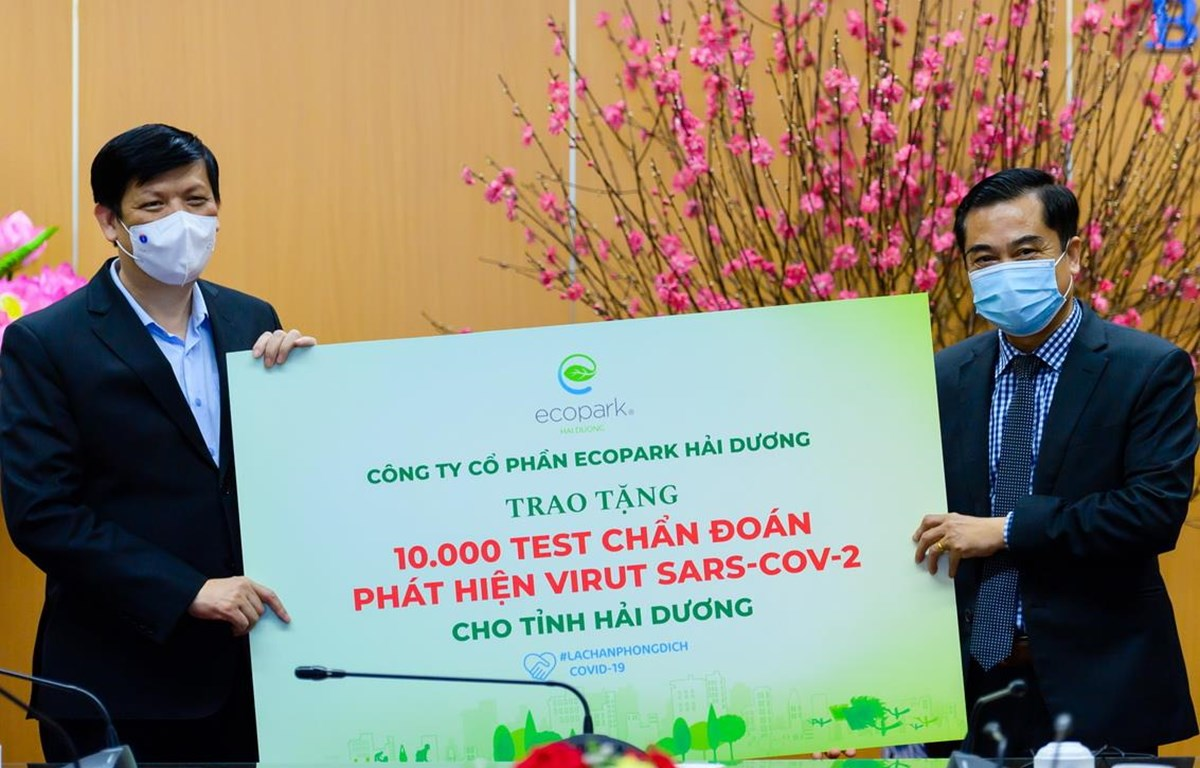 Ông Nguyễn Công Hồng - Tổng Giám đốc Công ty CP Ecopark Hải Dương trao 10.000 test chẩn đoán COVID-19 tới lãnh đạo Bộ Y tế (Ảnh: PV/Vietnam+)