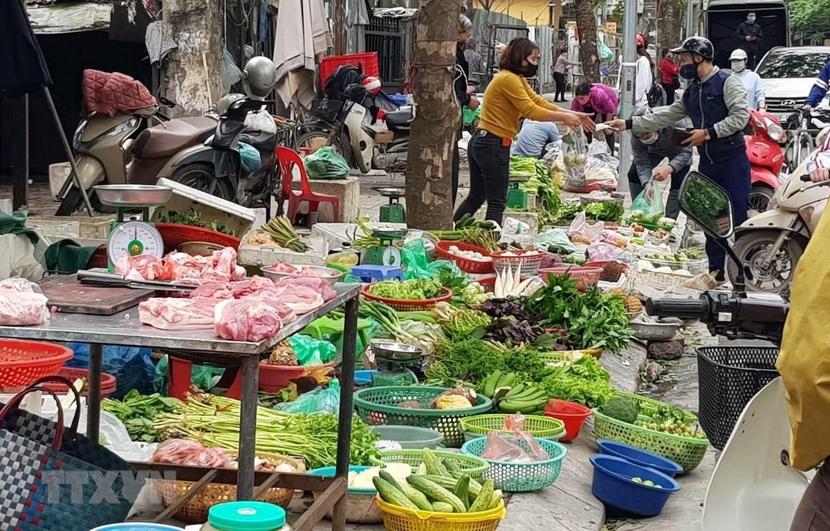 Siêu thị, chợ đầu mối, chợ dân sinh vẫn được hoạt động nhưng phải đảm bảo khoảng cách, thực hiện phòng chống dịch theo nguyên tắc 5K. (Ảnh: Phương Anh/TTXVN)