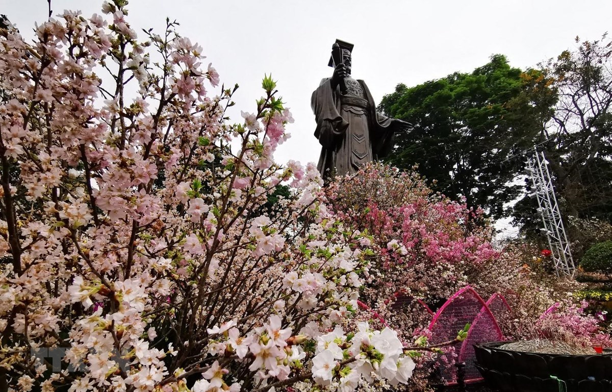 Không gian lễ hội diễn ra ngay dưới chân tượng đài Lý Thái Tổ. (Ảnh: Thành Đạt/TTXVN)