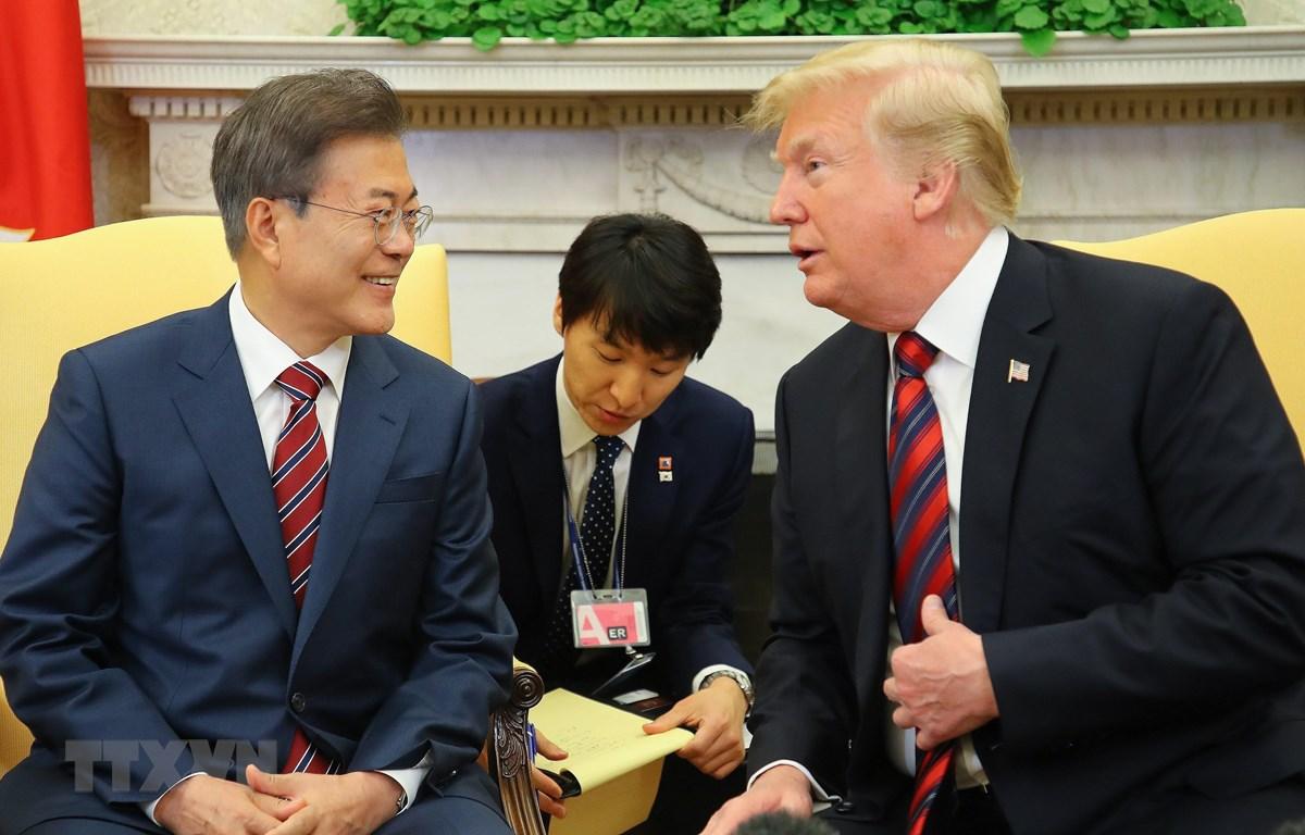 Tổng thống Hàn Quốc Moon Jae-in (trái) trong cuộc gặp Tổng thống Mỹ Donald Trump (phải) tại Nhà Trắng ở Washington DC., ngày 22/5/2019. (Nguồn: YONHAP/TTXVN)