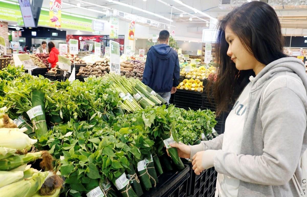 Siêu thị Big C gói sản phẩm nông sản bằng lá chuối tươi. (Nguồn: Mỹ Phương/TTXVN)