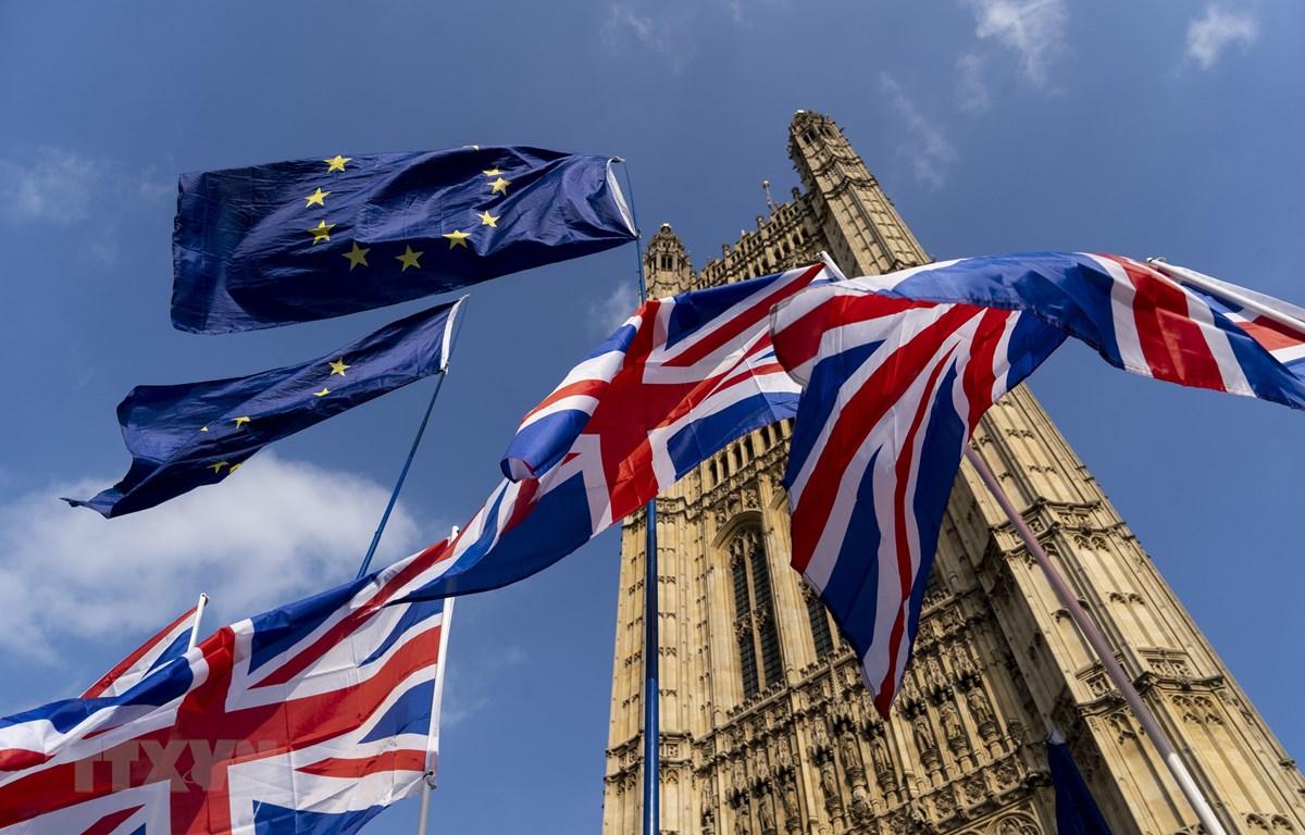 Cờ EU (phía trên) và cờ Anh (phía dưới) bên ngoài tòa nhà Quốc hội Anh ở thủ đô London ngày 28/3/2019. (Nguồn: AFP/ TTXVN)