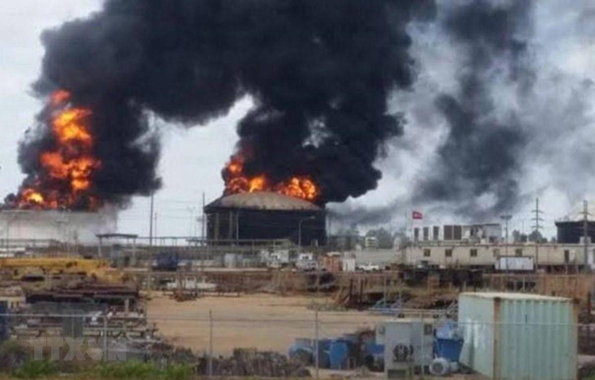 Khói lửa bốc lên nghi ngút tại hiện trường vụ nổ bồn chứa nhiên liệu của nhà máy xử lý dầu thô nặng Petro San Felix ở San Diego de Cabrutica, miền Đông Venezuela ngày 13/3/2019. (Nguồn: El Tigre/TTXVN)
