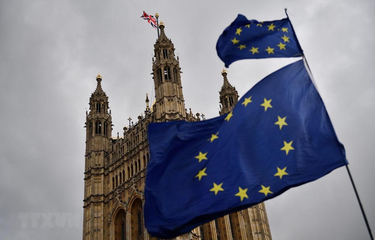 Cờ Liên minh châu Âu (bên phải) và quốc kỳ Anh (trái) bên ngoài tòa nhà Quốc hội Anh ở London ngày 4/4/2019. (Nguồn: AFP/TTXVN)