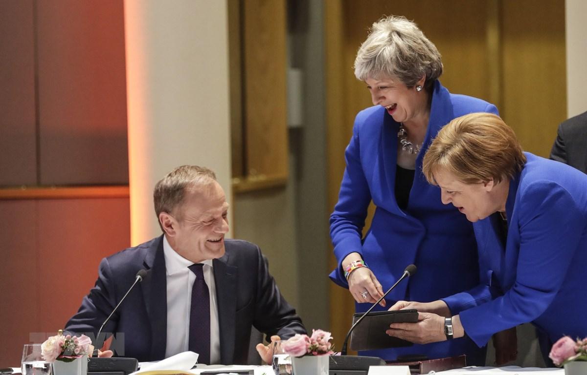 Thủ tướng Anh Theresa May (giữa), Chủ tịch Hội đồng châu Âu Donald Tusk (trái) và Thủ tướng Đức Angela Merkel tại hội nghị thượng đỉnh bất thường của EU về Brexit ở Brussels (Bỉ) ngày 10/4/2019. (Nguồn: AFP/TTXVN)