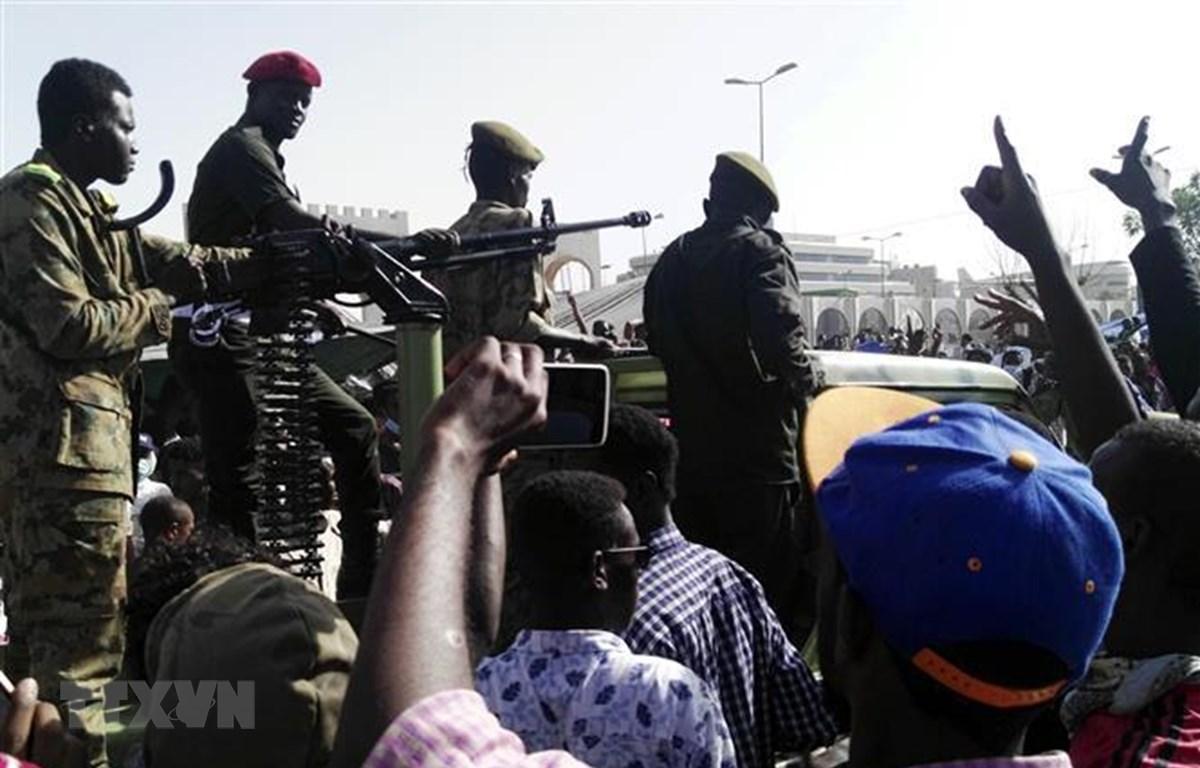 Người biểu tình tập trung bên ngoài trụ sở Bộ Quốc phòng Sudan ở Khartoum ngày 9/4/2019. (Nguồn: AFP/ TTXVN)