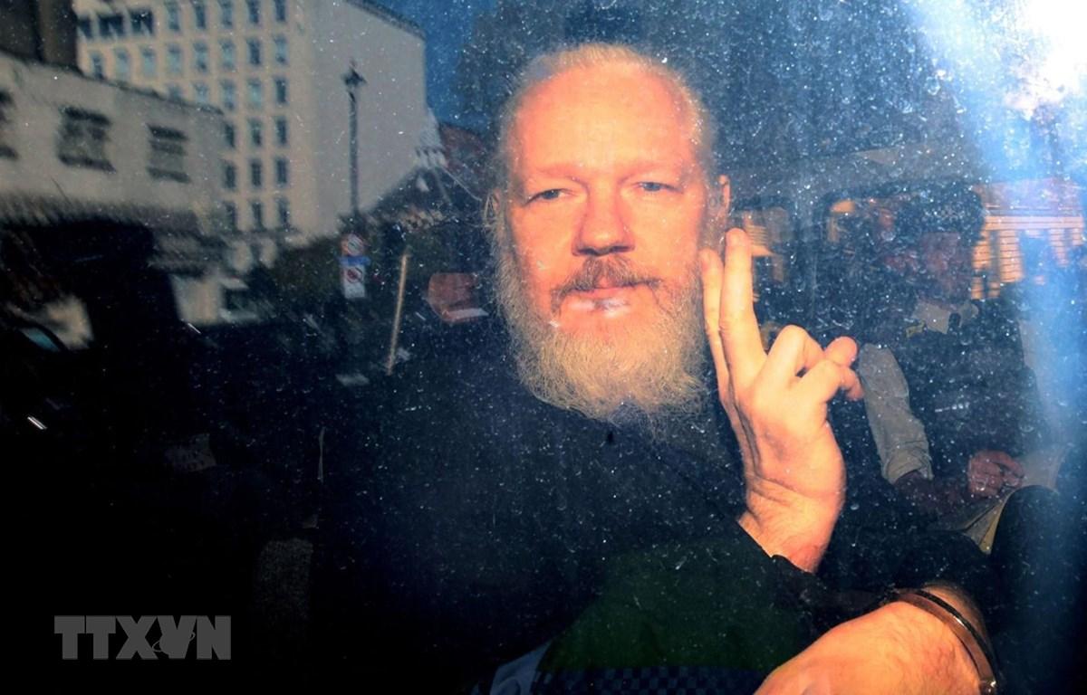 Nhà sáng lập trang Wikileaks Julian Assange bị áp giải tới tòa án Westminster ở London, Anh ngày 11/4/2019. (Nguồn: Sky News/TTXVN)