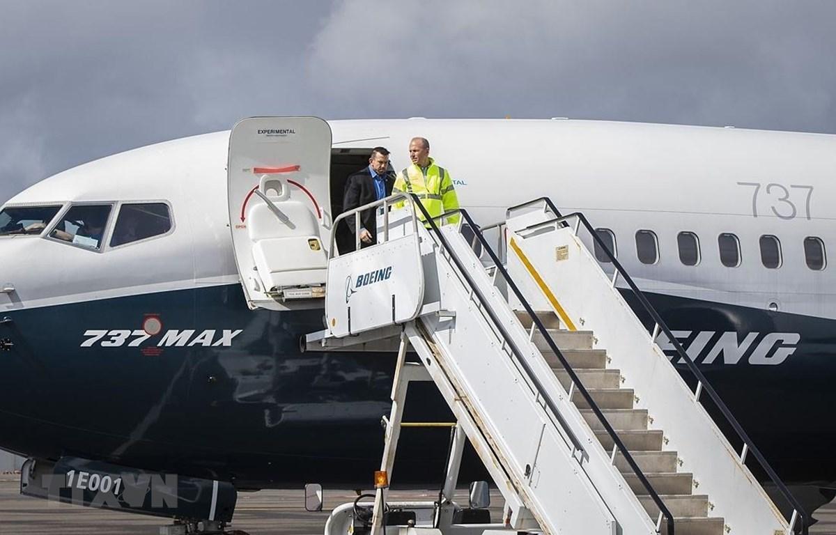 Giám đốc điều hành (CEO) hãng Boeing Dennis Muilenburg thị sát buổi kiểm tra phi công về việc cập nhật phần mềm MCAS của máy bay 737 MAX 7 tại Seattle, Mỹ ngày 3/4/2019. (Nguồn: AFP/TTXVN)