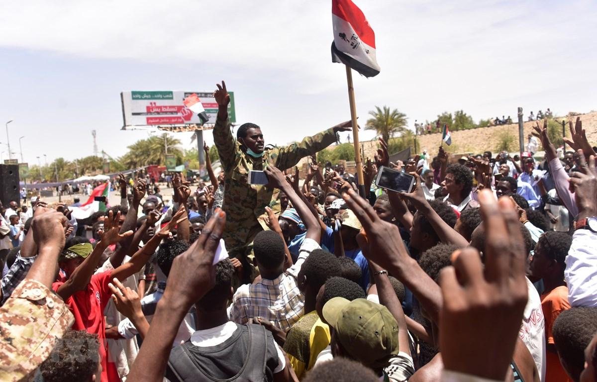 Hàng nghìn người biểu tình tập trung bên ngoài trụ sở quân đội tại thủ đô Khartoum ngày 14/4. (Nguồn: AFP/TTXVN)
