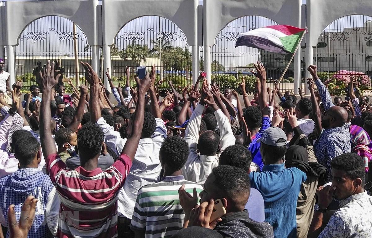 Người biểu tình Sudan tập trung bên ngoài trụ sở Bộ Quốc phòng ở thủ đô Khartoum ngày 6/4/2019. (Nguồn: AFP/TTXVN)