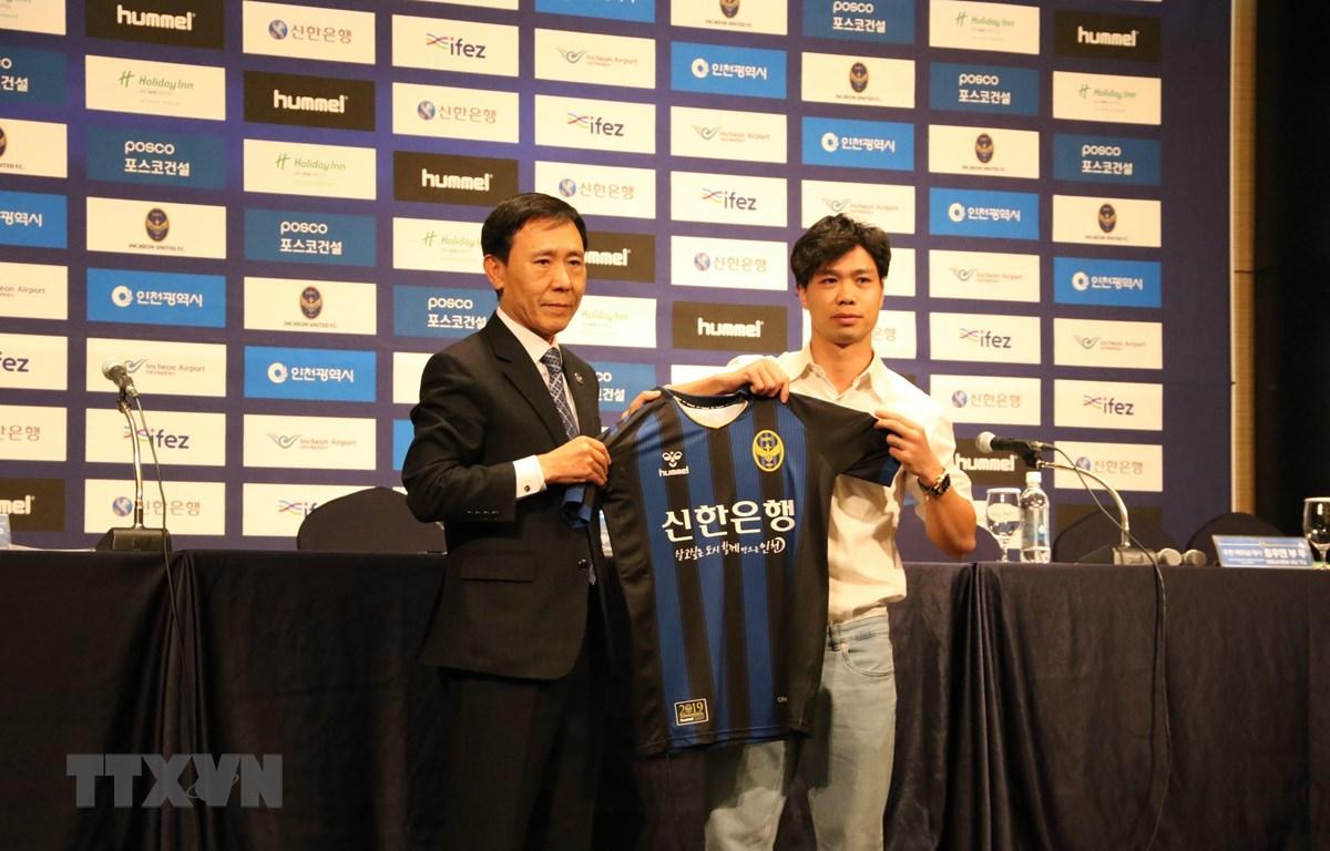 Chủ tịch Câu lạc bộ bóng đá Incheon United trao áo thi đấu cho Công Phượng (phải). (Nguồn: Mạnh Hùng/TTXVN)