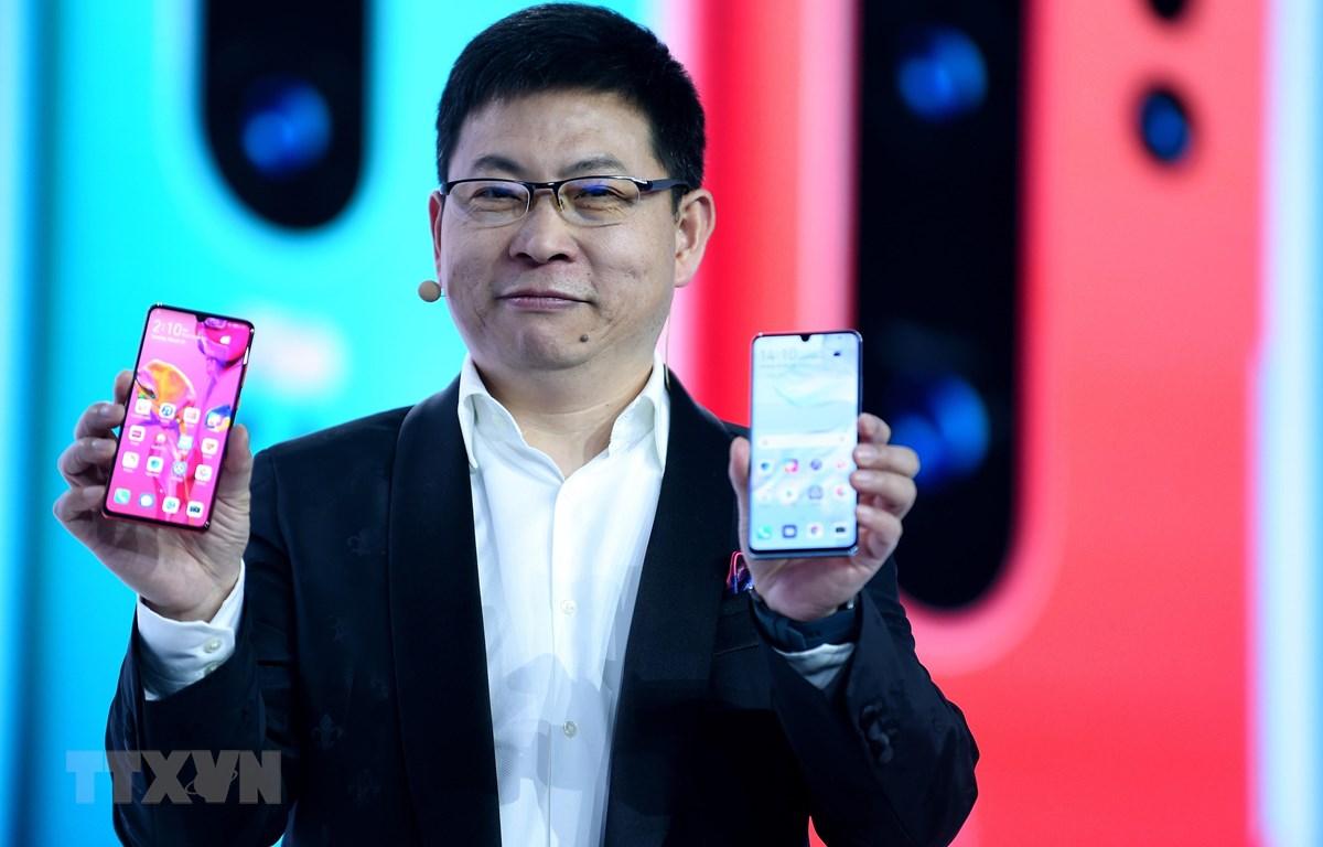 Giám đốc điều hành Huawei Richard Yu giới thiệu điện thoại P30 và P30 Pro tại Paris, Pháp, ngày 26/3/2019. (Nguồn: AFP/ TTXVN)