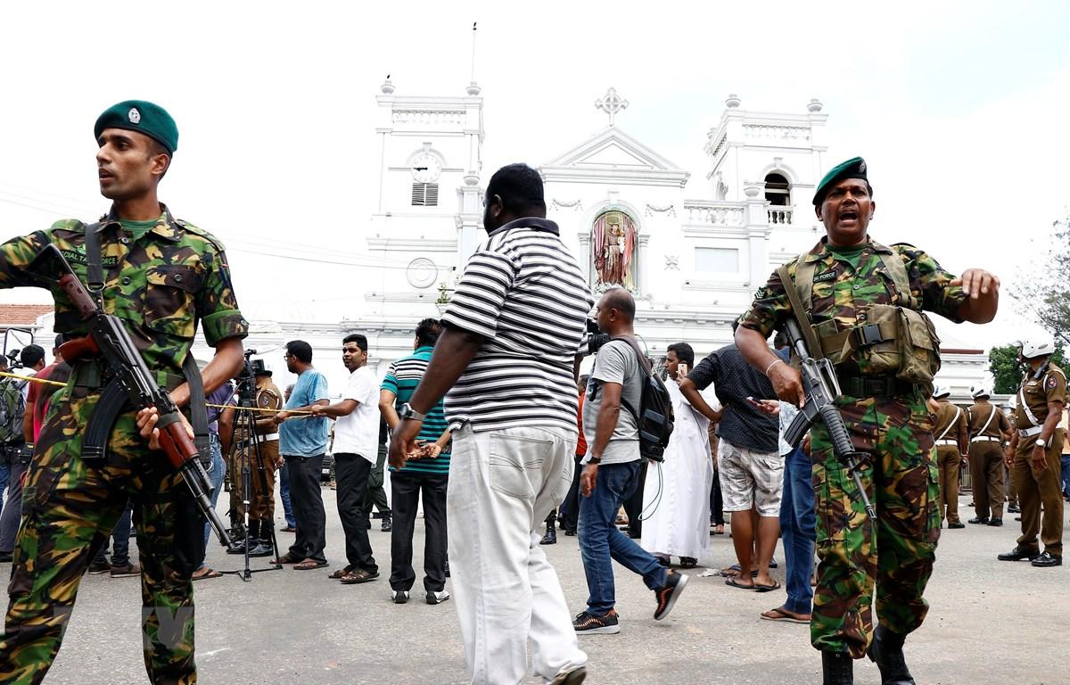 Lực lượng an ninh được triển khai bên ngoài một nhà thờ ở Colombo, Sri Lanka, sau loạt vụ nổ ngày 21/4/2019. Ảnh: THX/ TTXVN