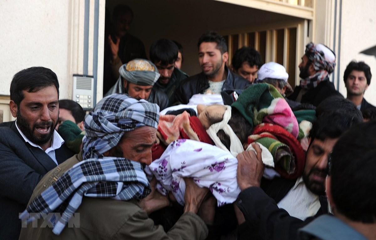 Chuyển thi thể một cảnh sát trưởng sau một vụ nổ bom tại Herat, miền Tây Afghanistan. (Nguồn: AFP/TTXVN)
