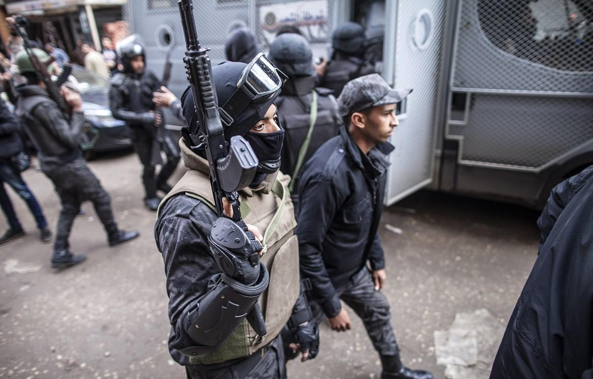 Cảnh sát Ai Cập tuần tra tại quận Giza, phía nam thủ đô Cairo. (Ảnh: AFP/TTXVN)