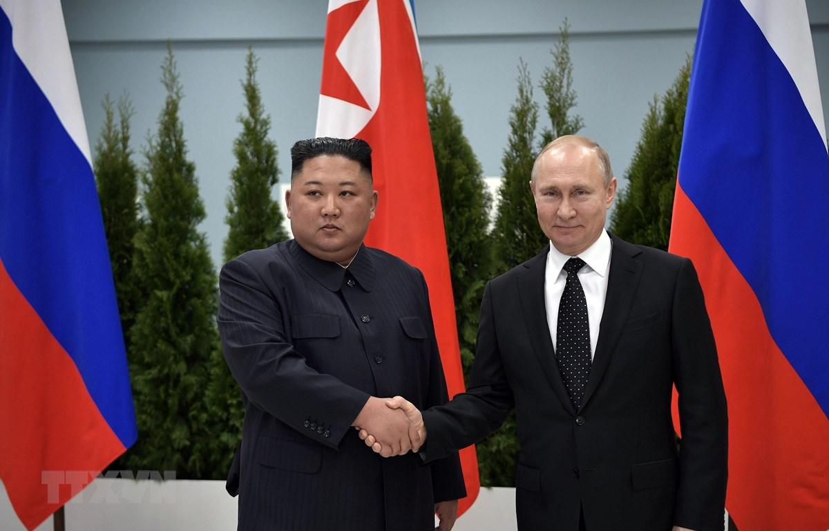 Tổng thống Nga Vladimir Putin (phải) trong cuộc gặp ngắn trước báo giới với nhà lãnh đạo Triều Tiên Kim Jong-un (trái) tại Trường Đại học Liên bang Viễn Đông ở đảo Rusky thuộc Vladivostok ngày 25/4/2019. (Nguồn: AFP/TTXVN)