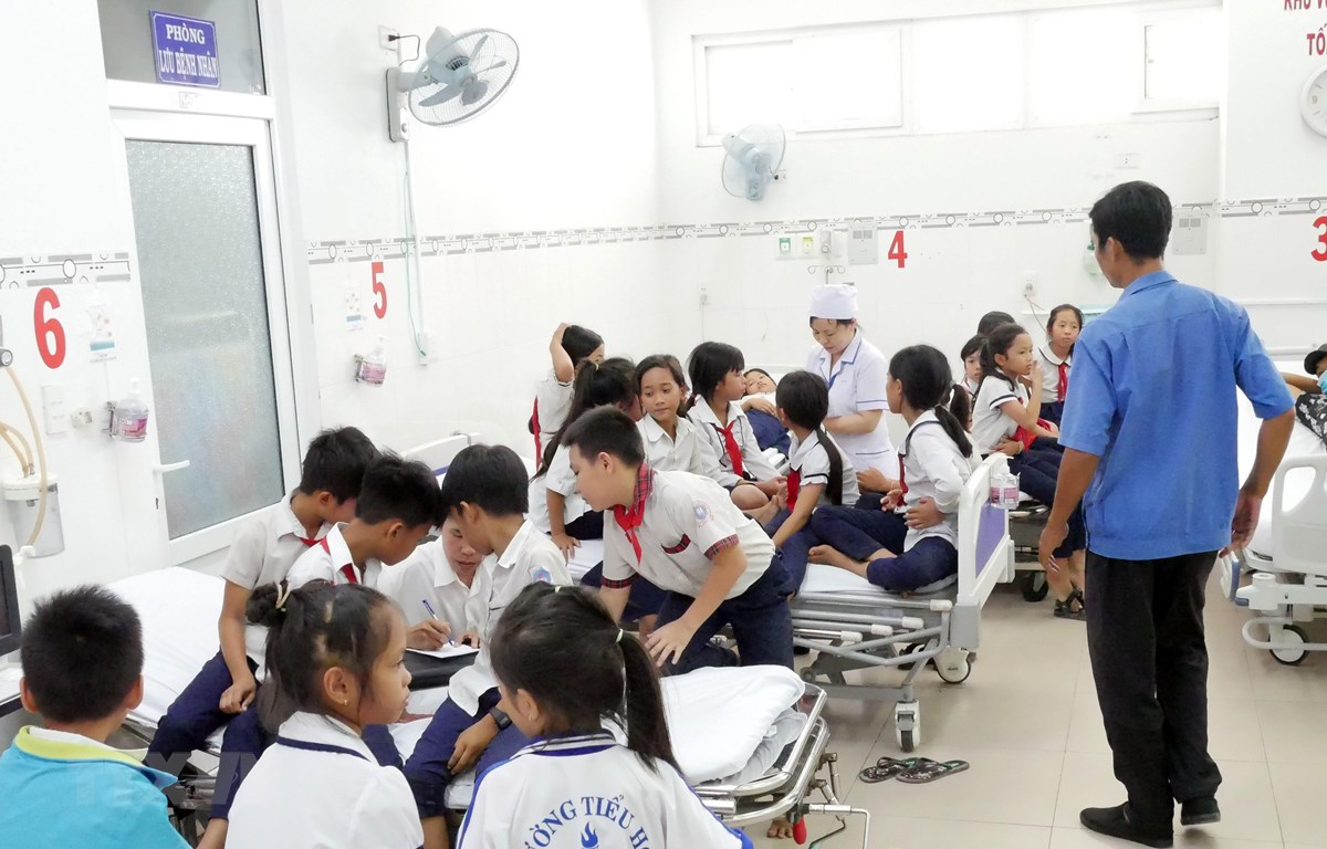 Các em học sinh nghi bị ngộ độc đang được sơ cấp cứu tại Bệnh viện Đa khoa tỉnh. (Nguồn: Công Thử/TTXVN)