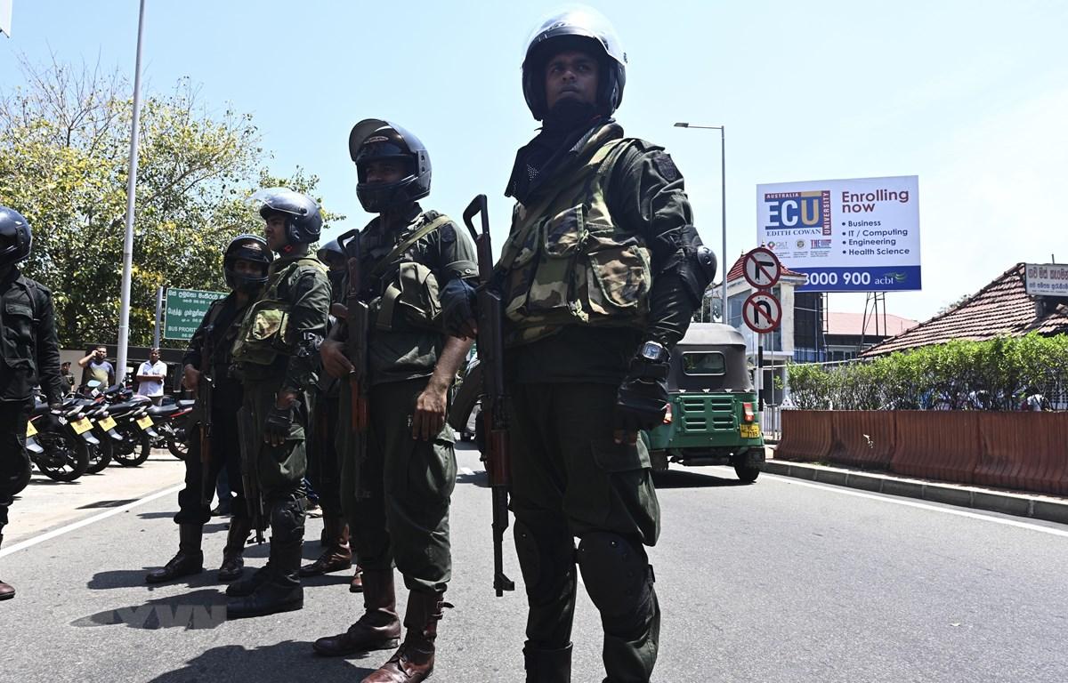Binh sĩ Sri Lanka phong tỏa gần một nhà hát ở Colombo, sau vụ nổ mới nhất ở thị trấn Pugoda ngày 24/4/2019, ba ngày sau loạt vụ đánh bom thảm khốc nhằm vào các nhà thờ và khách sạn, khiến khoảng 360 người thiệt mạng. (Ảnh: AFP/TTXVN)