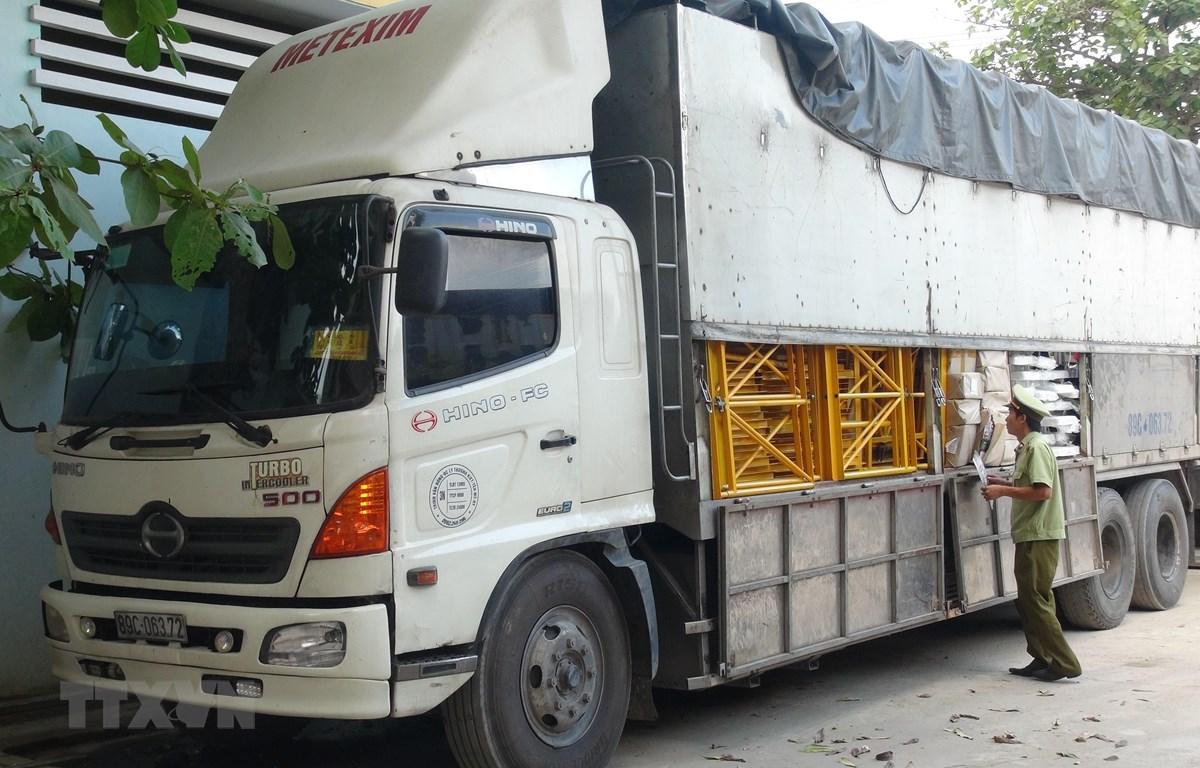 Lực lượng Quản lý thị trường Quảng Bình bắt xe chở thuốc lá lậu. (Ảnh: Đức Thọ/TTXVN)