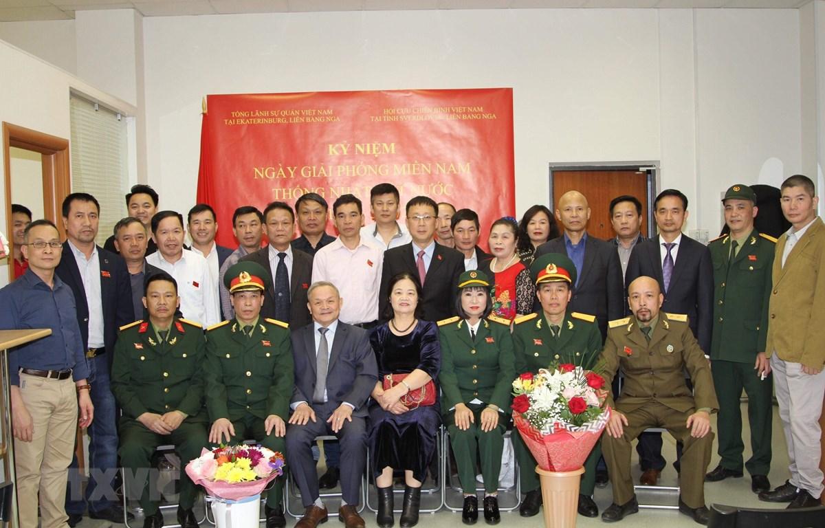 Các đại biểu tham dự lễ kỷ niệm chụp ảnh lưu niệm. (Ảnh Dương Trí/TTXVN)