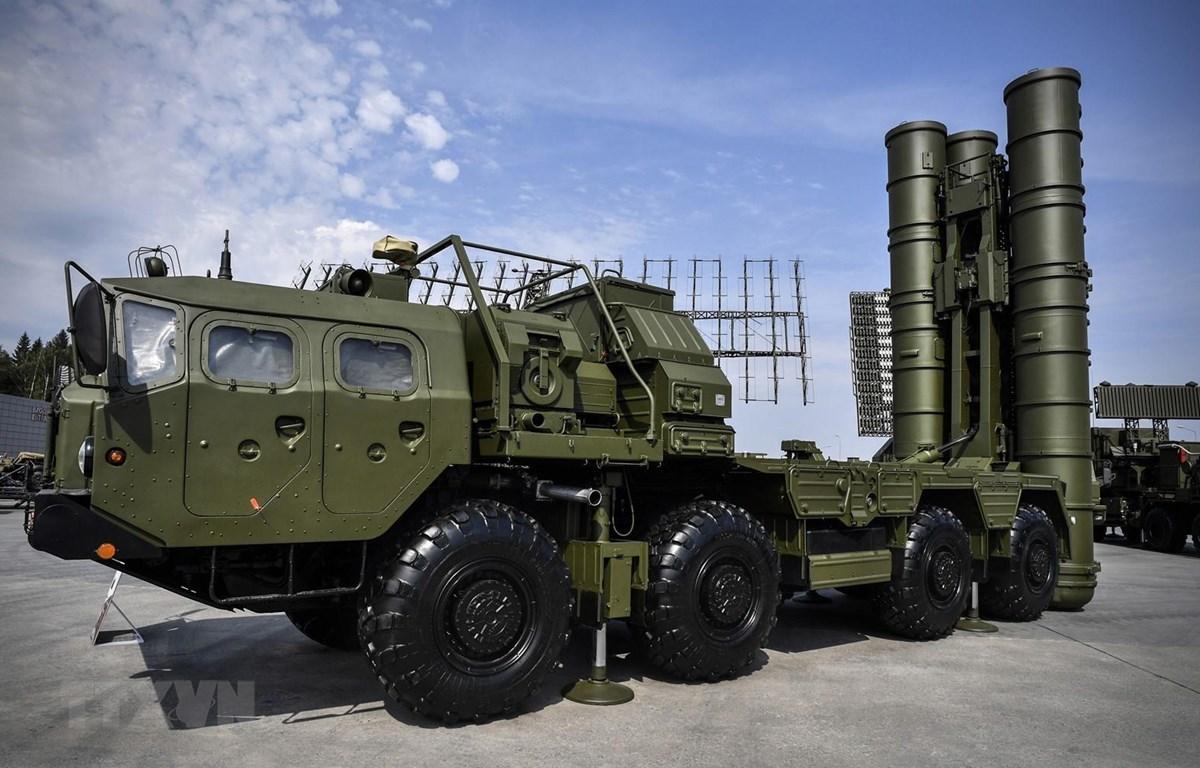 Tên lửa phòng không S-400 trưng bày tại Moskva, Nga, trong khuôn khổ Diễn đàn Kỹ thuật- Quân sự Quốc tế 2017. (Ảnh: AFP/TTXVN)