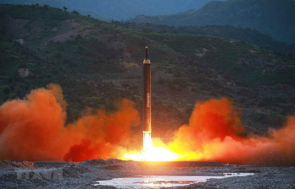 Ảnh tư liệu: Tên lửa đạn đạo tầm trung Hwasong-12 của Triều Tiên được phóng thử từ một địa điểm bí mật. (Ảnh: Yonhap/ TTXVN)