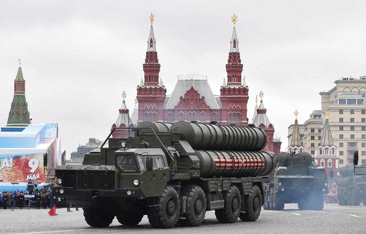 Hệ thống phòng thủ tên lửa S-400 tại lễ diễu binh kỷ niệm Ngày Chiến thắng trên Quảng trường Đỏ thủ đô Moskva, Nga tháng 5/2017. (Ảnh: AFP/TTXVN)