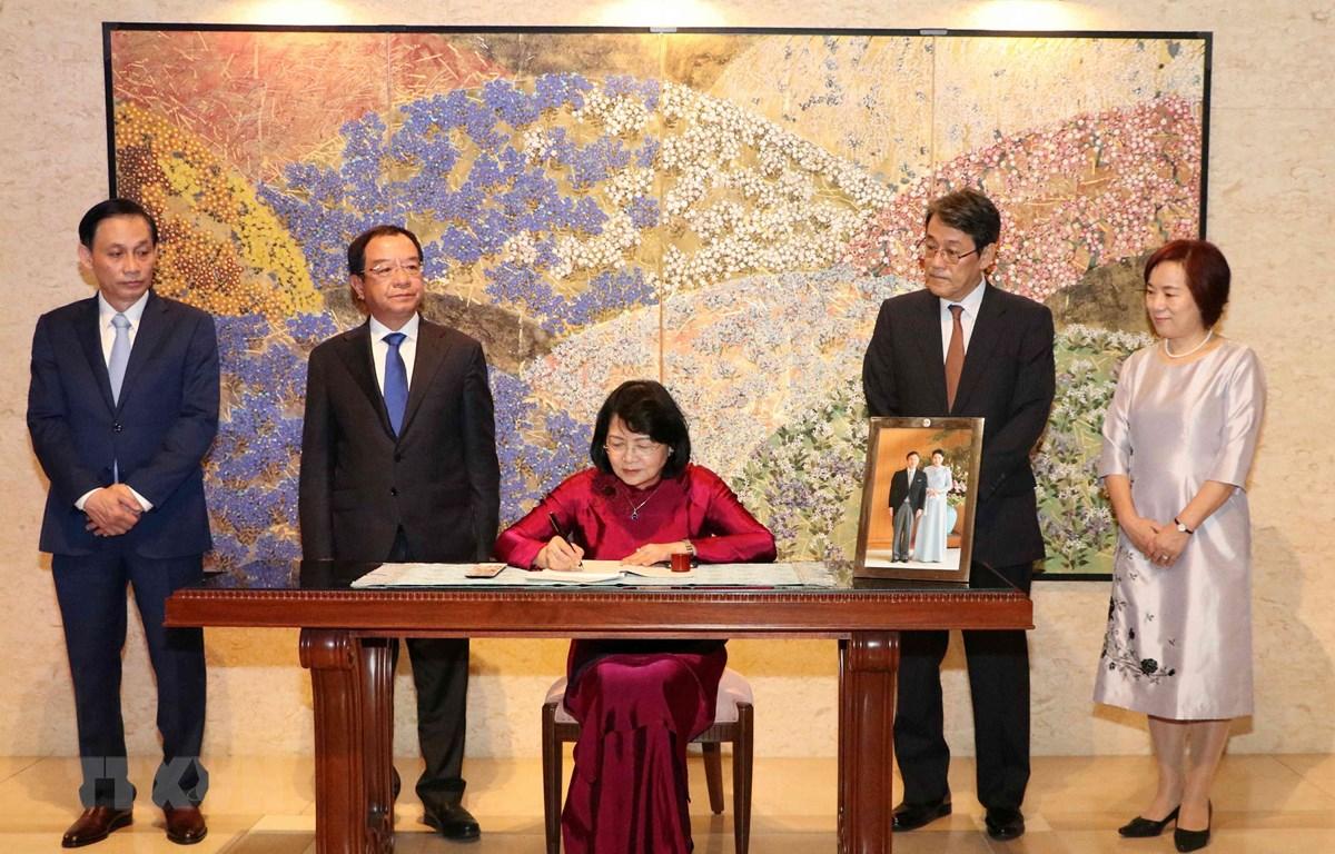 Phó Chủ tịch nước Đặng Thị Ngọc Thịnh ghi sổ chúc mừng Nhà vua Nhật Bản Naruhito tại Đại sứ quán Nhật Bản tại Việt Nam. (Ảnh: Văn Điệp – TTXVN)