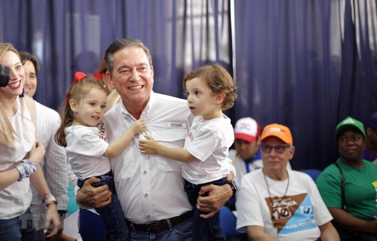 Ứng viên tranh cử Tổng thống Panama Laurentino Cortizo (giữa) tại điểm bầu cử ở Panama City ngày 5/5/2019. (Ảnh: AFP/TTXVN)