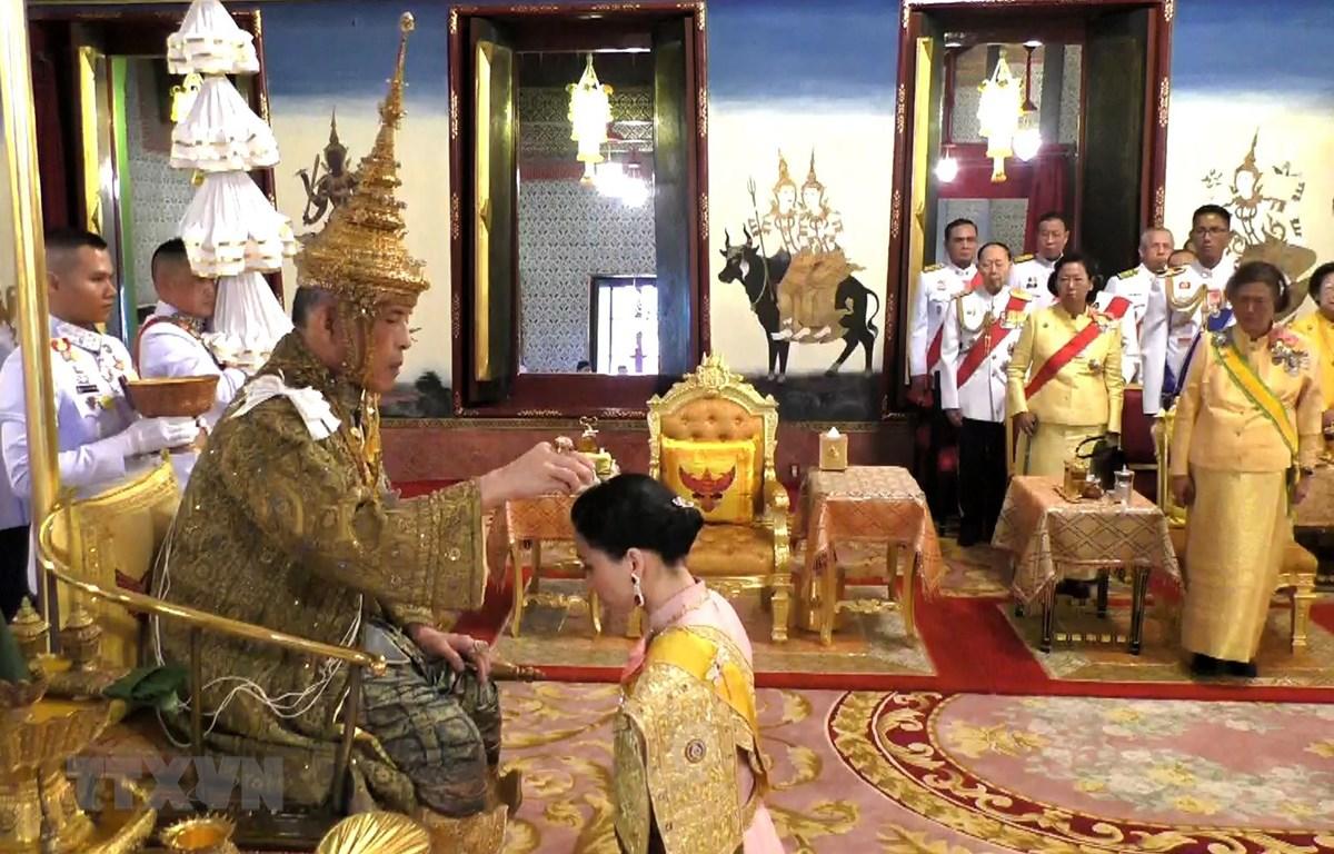 Nhà vua Thái Lan Maha Vajiralongkorn - Rama X (trái) và Hoàng hậu Suthida (giữa) thực hiện một nghi thức trong Lễ Đăng quang ở thủ đô Bangkok ngày 4/5/2019. (Ảnh: AFP/TTXVN)