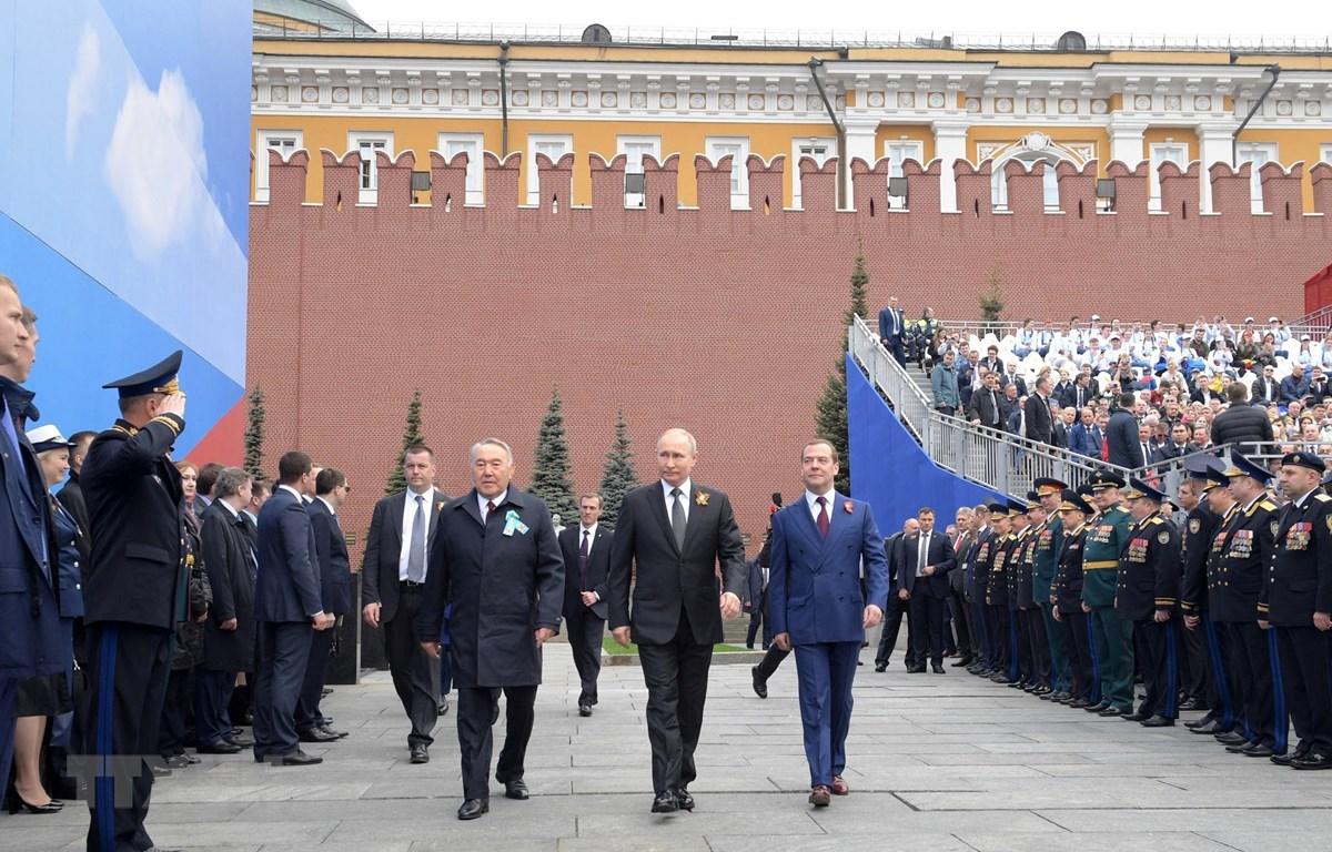 Tổng thống Nga Vladimir Putin (giữa), Thủ tướng Nga Dmitry Medvedev (phải) và cựu Tổng thống Kazakhstan Nursultan Nazarbayev tại lễ diễu binh kỷ niệm Ngày Chiến thắng trên Quảng trường Đỏ ở thủ đô Moskva, Nga, ngày 9/5/2019. (Ảnh: AFP/ TTXVN)