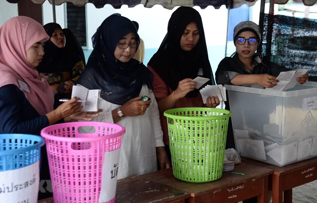 Nhân viên kiểm phiếu làm việc tại điểm bầu cử ở Narathiwat, Thái Lan ngày 24/3/2019. (Ảnh: AFP/TTXVN)