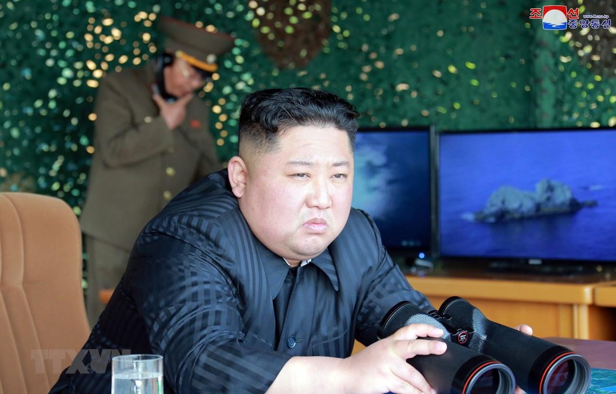 Nhà lãnh đạo Triều Tiên Kim Jong-un thị sát buổi diễn tập phóng thử nghiệm vũ khí chiến lược tại khu vực phía đông Triều Tiên ngày 4/5/2019. (Ảnh: YONHAP/TTXVN)
